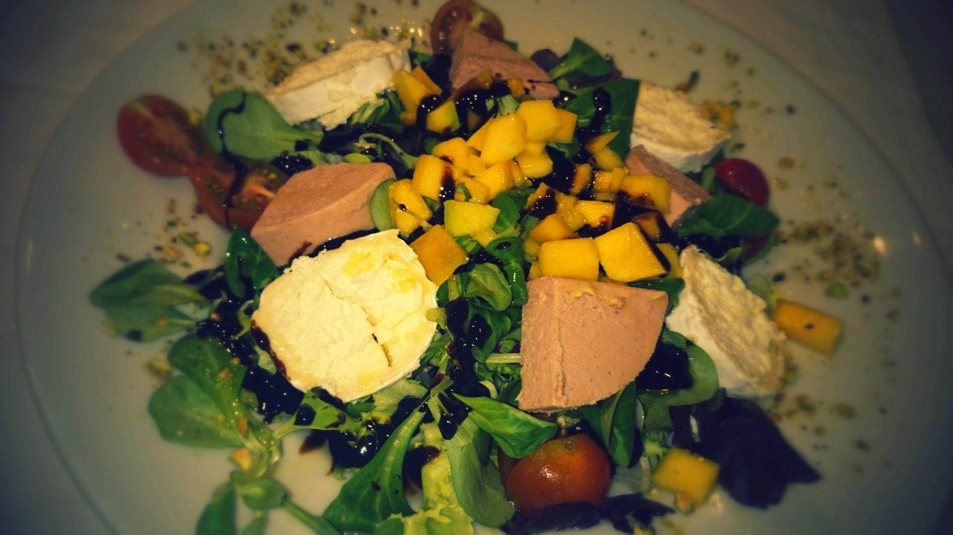 Ensalada de queso y foie con reducción de Moscatel Carmelitano