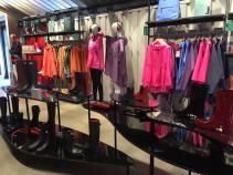 Seção feminina da loja da Hunter, em Londres, com as capas de chuva coloridas