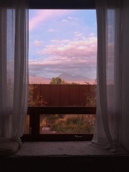 janela com vista para o vulcão