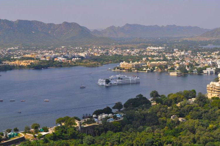 Udaipur é rodeada por montanhas e com o lago Pichola
