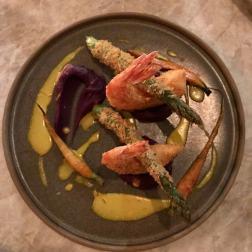 Tempura de camarão e aspargos, mini cenouras e purê batata roxa - R$64