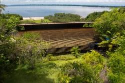 O hotel está situado às margens do Rio Negro