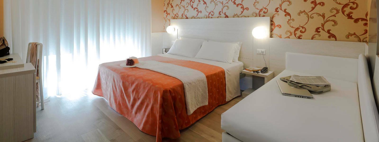 Camera hotel ombretta mare letto e divano hotel ombretta - Camera letto mare ...