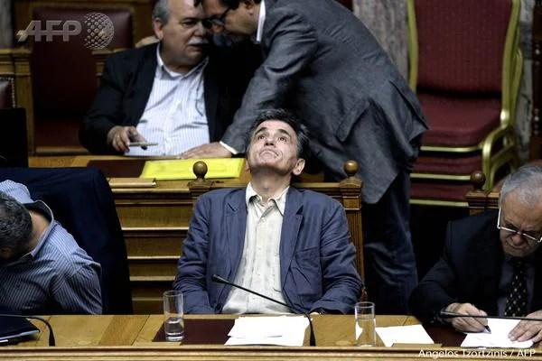 El ministro griego de Finanzas gesticula durante un debate en el parlamento. Foto: AFP