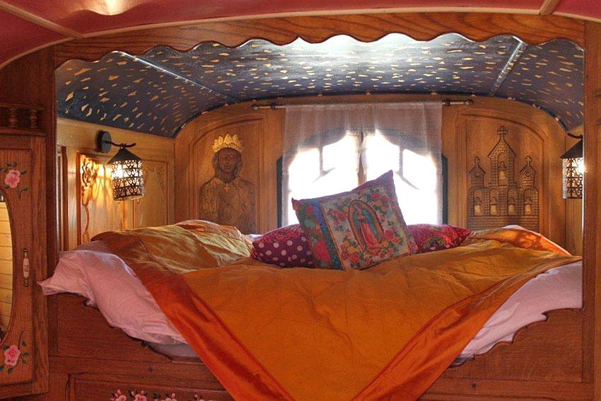 La Roulotte Les Saintes  Dormir dans une roulotte en Camargue  Hotelsinsolitescom
