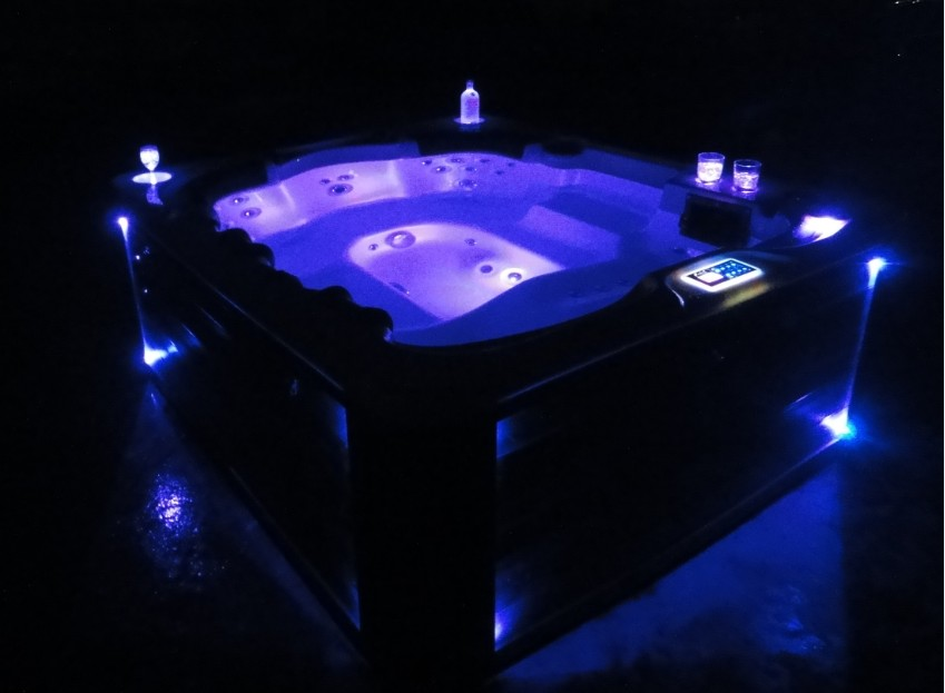 6 Person And 40 Jet Hot Tub With MP3 Auxiliary Output