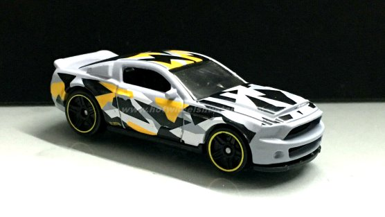 Hot-Wheels-10-Ford-Shelby-GT500-Super-Snake-Camouflage-002