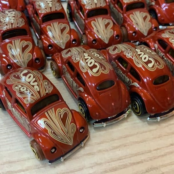 Hot-Wheels-2021-Volkswagen-Beetle-Valentine-Day-003
