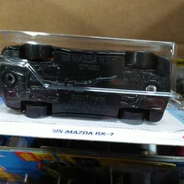 Hot-Wheels-Mainline-2021-Mazda-RX-7-FD-006