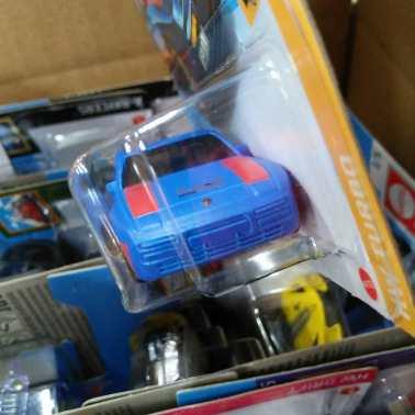 Hot-Wheels-Mainline-2021-Porsche-944-Turbo-Magnus-Walker-003