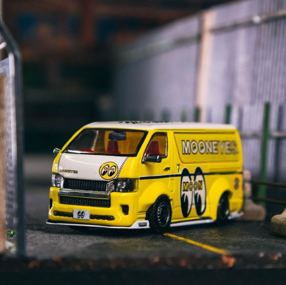 Tarmac-Works-Toyota-HiAce-Widebody-Mooneyes-003