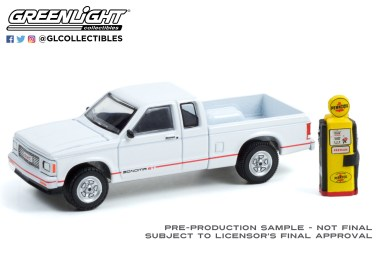 GreenLight-Collectibles-The-Hobby-Shop-12-1991-GMC-Sonoma-ST
