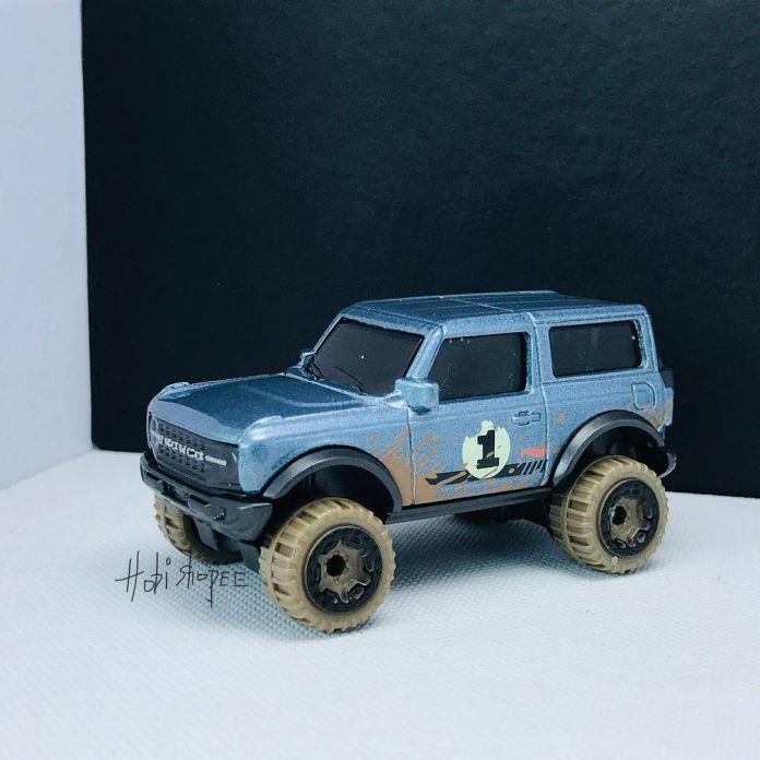 Hot-Wheels-2021-Orange-Ford-Bronco-001