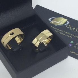 Par de Alianças Personalizadas Reta Friso Ouro 18k com Diamantada Coração Vazado