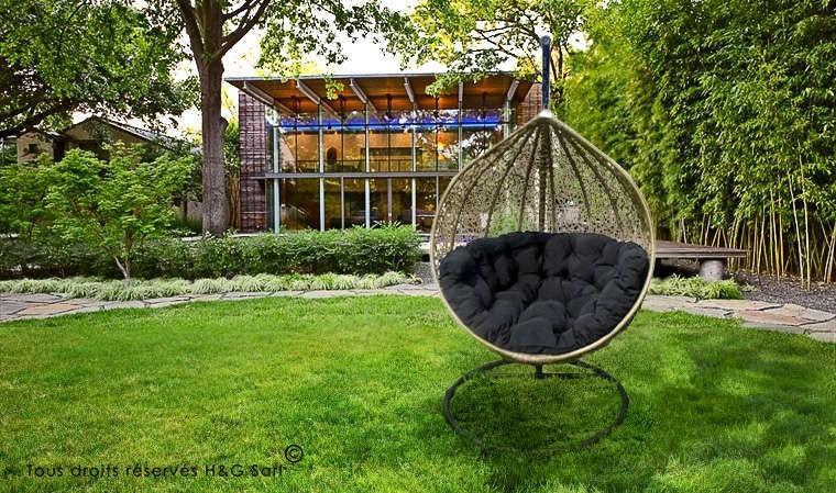 fauteuil suspendu de luxe beige et coussin noir cocoon