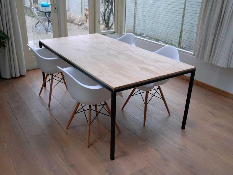 tafel van hout en metaal