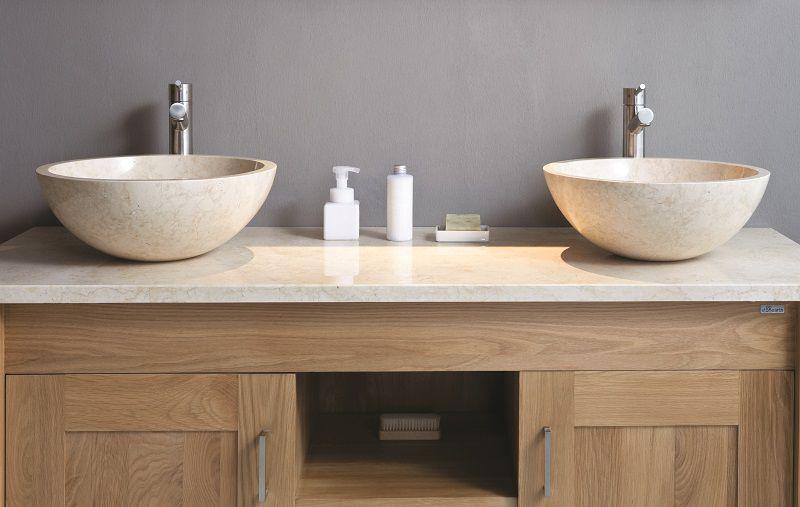 Bagno moderno in materiali naturali