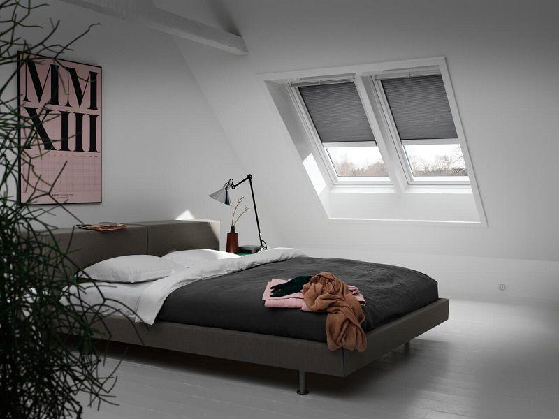 Camera mansardata con tende Velux