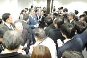 記者会見後、報道関係者に囲まれる瀬戸氏(右)と川本氏