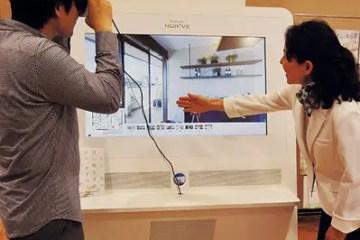 VR展示場を体感中