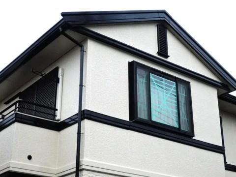 雨戸のない2階の窓に養生テープ