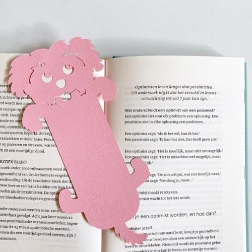 vrolijk hondje dient als boekenlegger