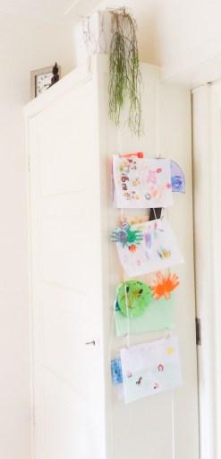 kinderkunst ophangen met deze snelle DIY