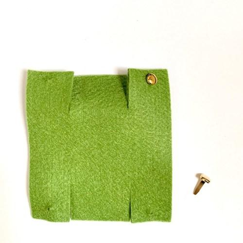 vilten mini mandje om zelf te maken: lapje vilt en twee splitpennen