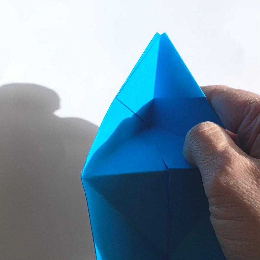 vouw een piramide en je telefoonhouder is klaar