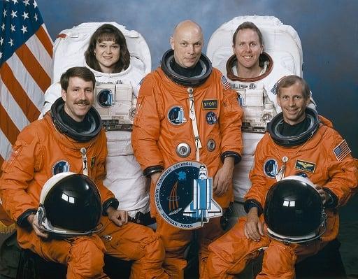 Экипаж СТС-80, сидит (слева направо) Кент В. Ромингер, летчик; Кеннет Д. Кокрелл, командир. Стоящие (слева направо) специалисты миссий Тамара Э. Джерниган, Ф. Стори Масгрейв и Томас Д. Джонс. Фото: НАСА