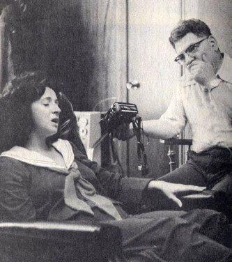 Бетти Андреассон во время одного из сеансов гипнотической регрессии.
