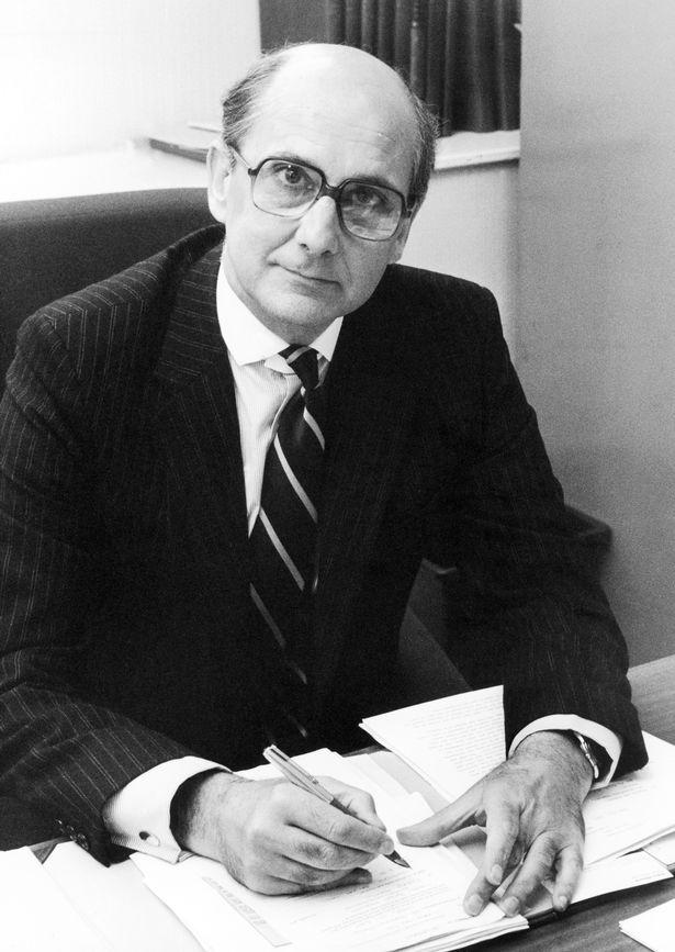 Джеймс Тернбулл, коронер, расследовавший смерть Зигмунда Адамски, который умер при загадочных обстоятельствах в июне 1980 года, на снимке Западный Йоркшир, сентябрь 1981 года.
