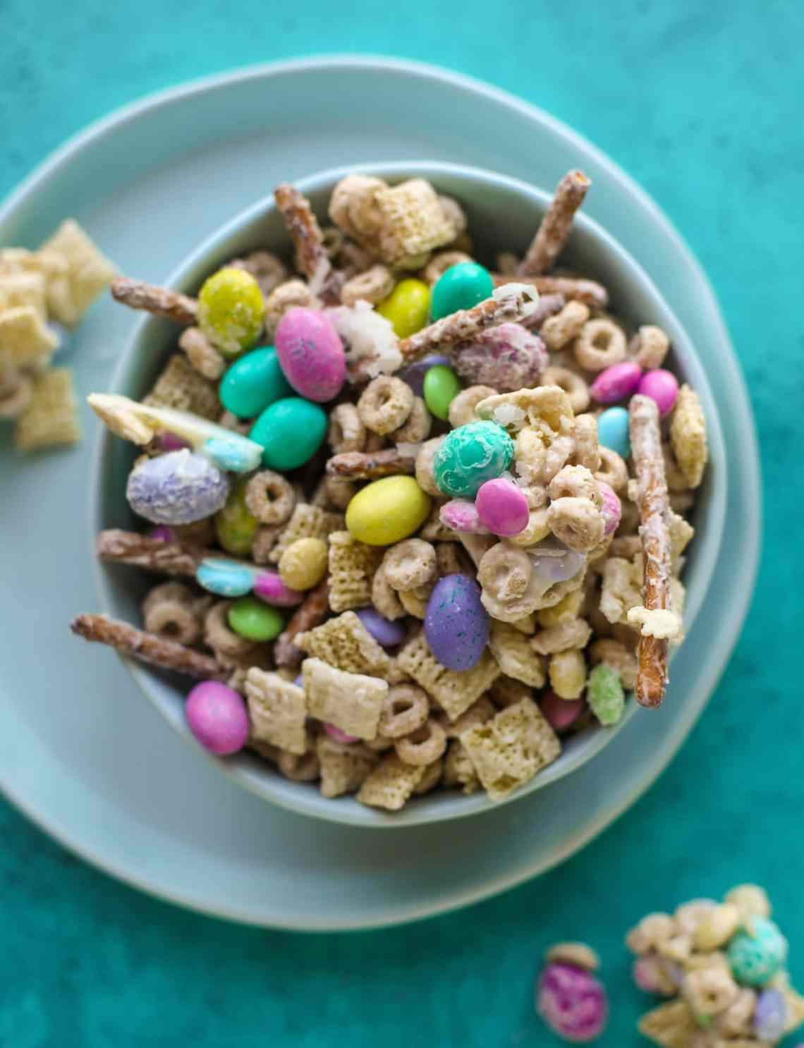 This adorable Easter snack mix is such a fun treat! It's both sweet and salty - you won't be able to stay away from it and neither will the kids!