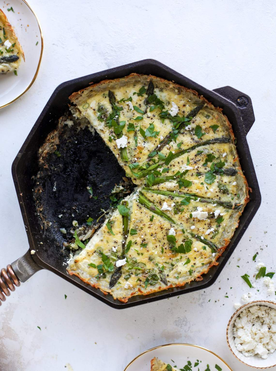 This hash brown quiche is such a fantastic meal! Perfect for brunch or dinner, the bottom is a crispy hash brown crust and the filling is divine. I howsweeteats.com #hashbrown #quiche