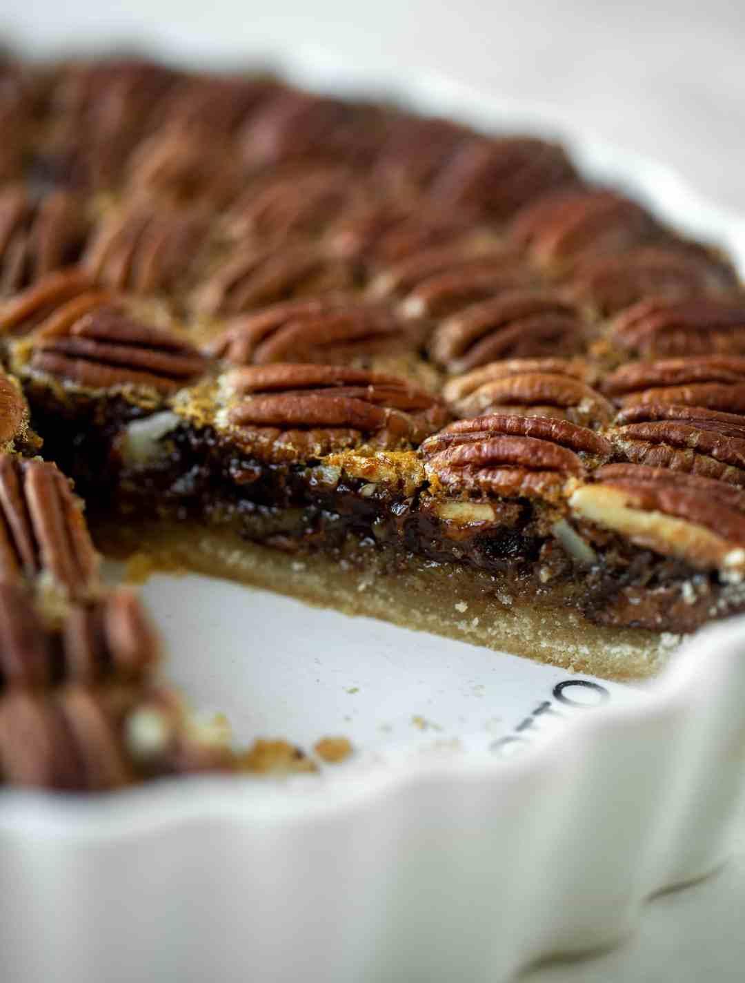 Esta tarta de nueces y chocolate es el mejor postre de todos. Fudge de chocolate y pastel de nuez pegajosa en una corteza de pan dulce: ¡todos se vuelven locos!