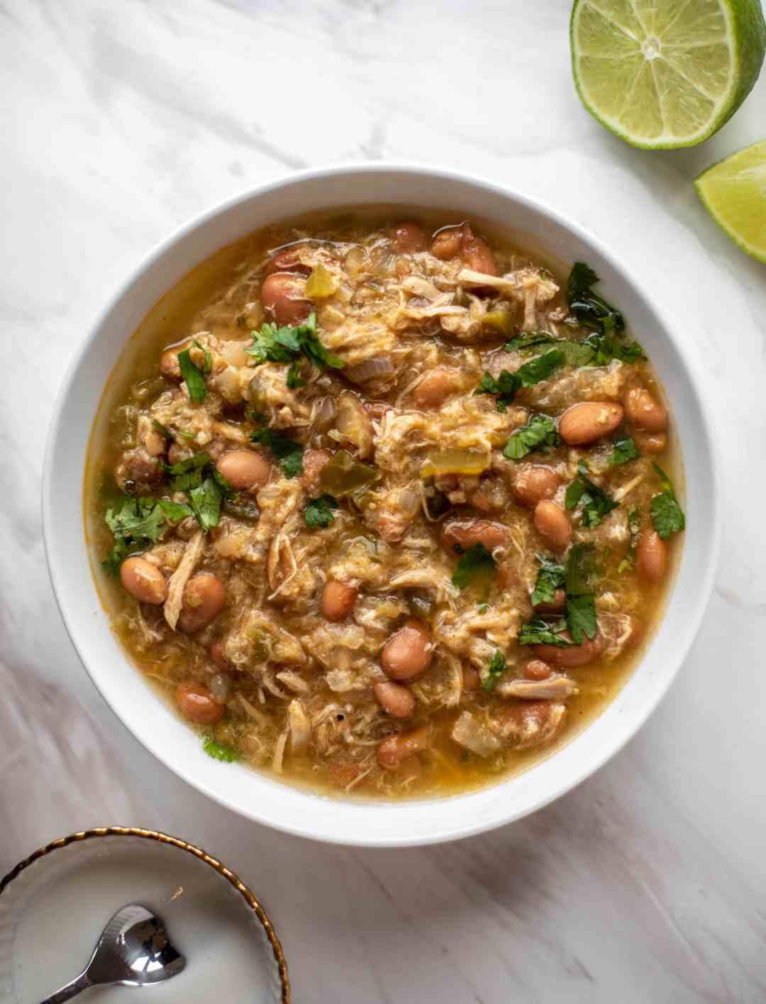 Esta sopa de pollo verde es fácil de preparar y se prepara rápidamente. ¡Se sirve con yogurt salado mezclado por encima y es delicioso!