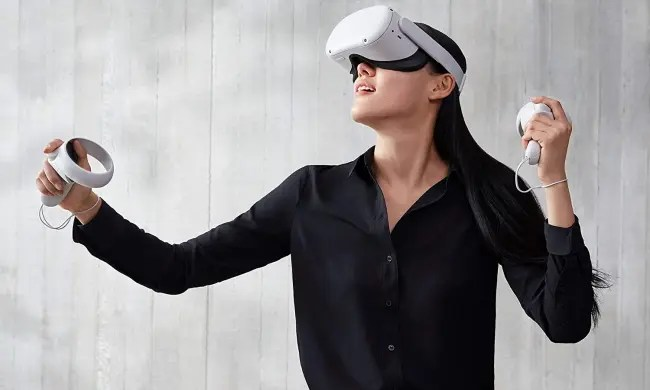person looking around in oculus quest 2