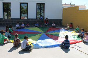 https://i0.wp.com/www.hoyjerezdeloscaballeros.es/archivos/201205/escolares-de-educacion-infantil-jugando-en-el-patio-del-centro-300xXx80.jpg