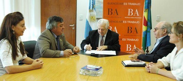 Selva firmando convenio con Cuartango, Ministro de Trabajo