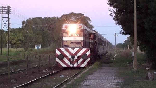 Investigan siniestro entre un hombre y una formación de tren