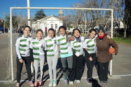 Más de 450 chicos jugaron al handball en Mercedes
