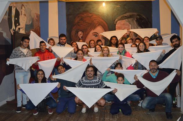 Jóvenes del FMPV prepararon pañuelos para ser parte de la histórica marcha contra el 2×1