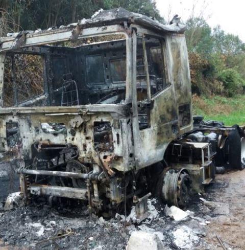 Quemaron camión robado en Pilar en Mercedes