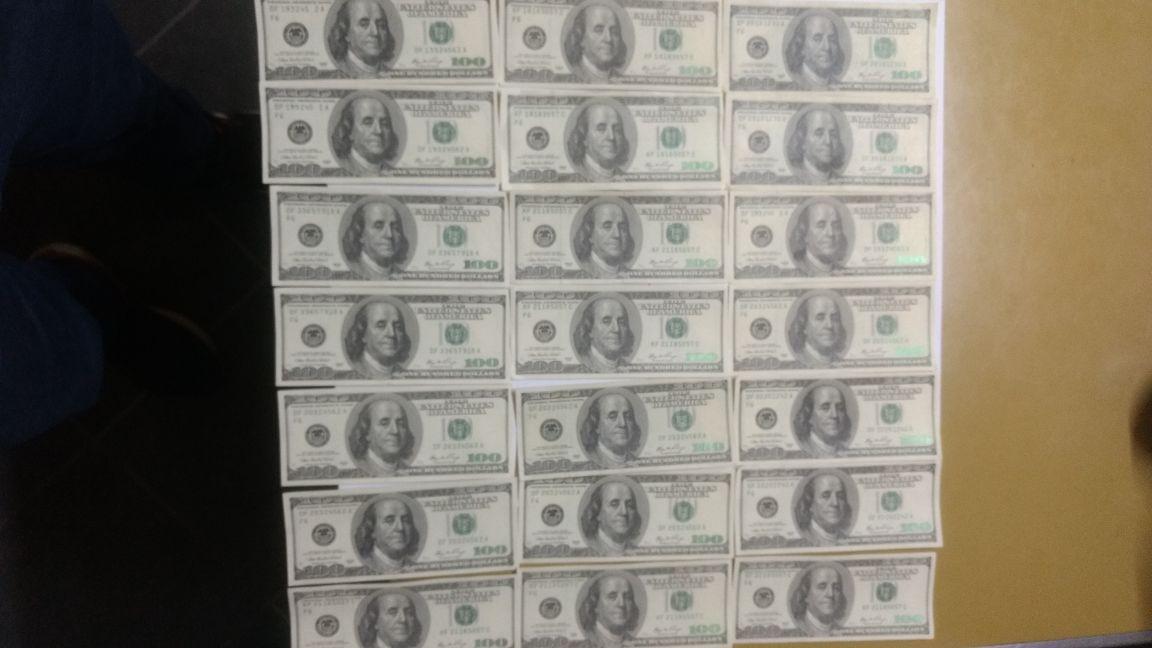 Resistencia a la autoridad, dinero falso y estupefacientes