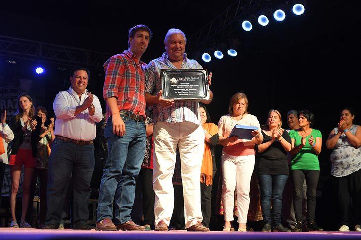 La familia López son los productores del durazno del año