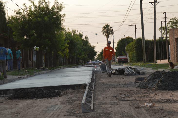Avanza el asfalto en hormigón en barrio Trocha