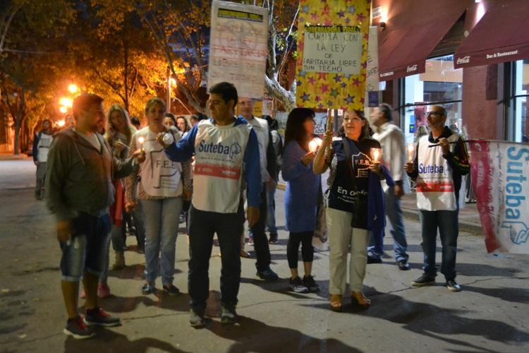 Docentes marcharon con antorchas por la Plaza San Martín