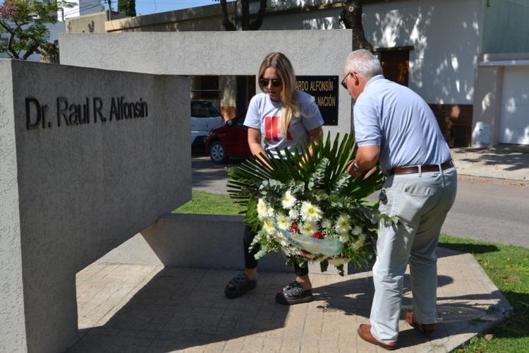 En su monumento: Homenajearon al ex presidente Alfonsín
