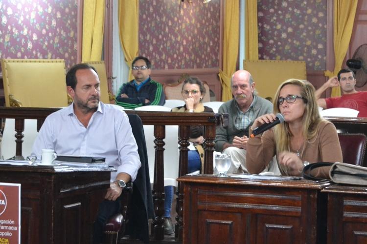 Dos bancas participativas en reclamo de la Av. 2 e IOMA