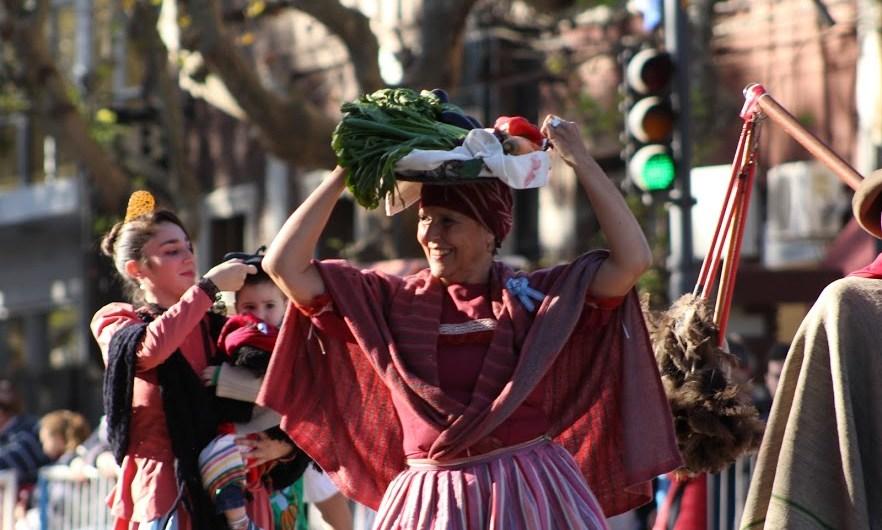 Gran marco de público e instituciones en el desfile y fiesta del 25 de Mayo